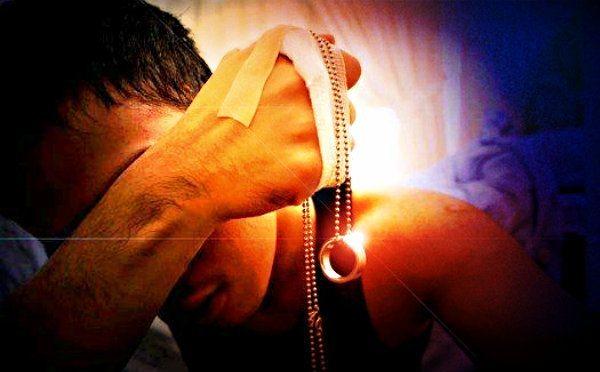 Derinden kesilmiş bir tırnak acısıdır aşk