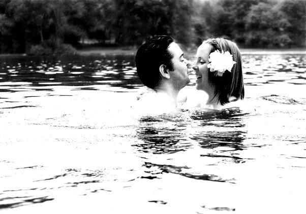 Aşk her şeye değmezmiş. Kim bilir belki de gerçekten değmez