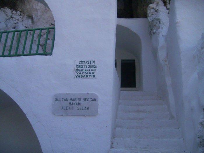 Habib-i Neccar dağındaki türbesi