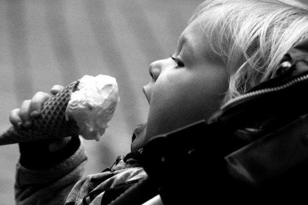 dondurma ve çocuk insan