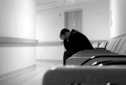 hastane bekleyen insan