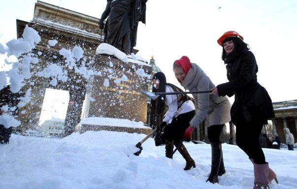 kar küreyen kadınlar