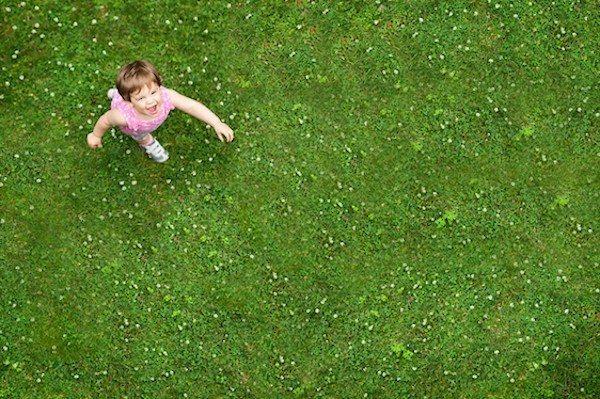 çimlerde koşan çocuk