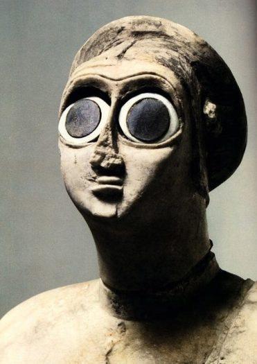 Gözleri istiridye kabuğundan yapılmış sümer heykel örneği