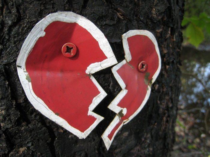 Kırmadan kalbin ölmediğini ispat etmek ne kadar güç ise atmayan kalbin de yaşadığını iddia etmek bir o kadar zor. Zor olan ölmek değil...