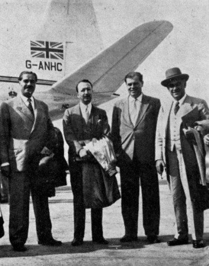 1955'te Türk gazetecileri Londra'ya hareketten önce Yeşilköy havalimanında