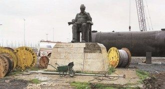Yaşar Kemal heykeli