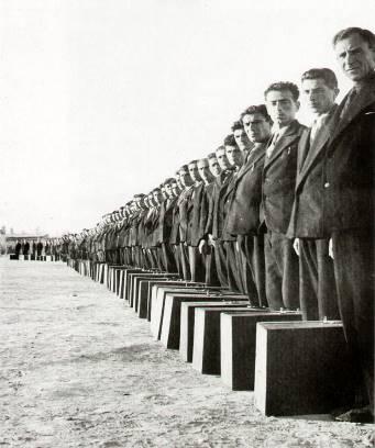 1939 yılında Eğitmen kursunu bitirip görev yerlerine gitmek üzere kurstan ayrılan öğretmenler kendi yaptıkları bavullarıyla.