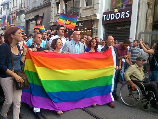 eşcinsellik onur yürüyüşü milletvekilleri hdp chp