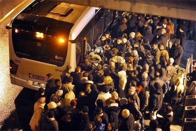 metrobüs metrobüslüler istanbul işkence trafik kalabalık metrobüs kalabalığı