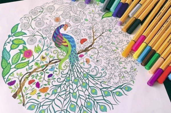 Yetişkinlere özel boyama kitabı terapisi