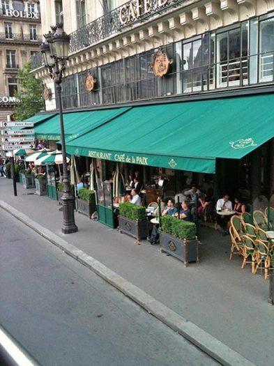 Paris'te bir kafe