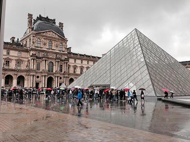 Louvre Müzesi'nin dışı Piramit Paris Fransa