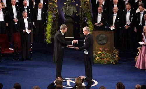 Kral Gustaf orhan pamuk Nobel diploması, madalyası nobel ödülü