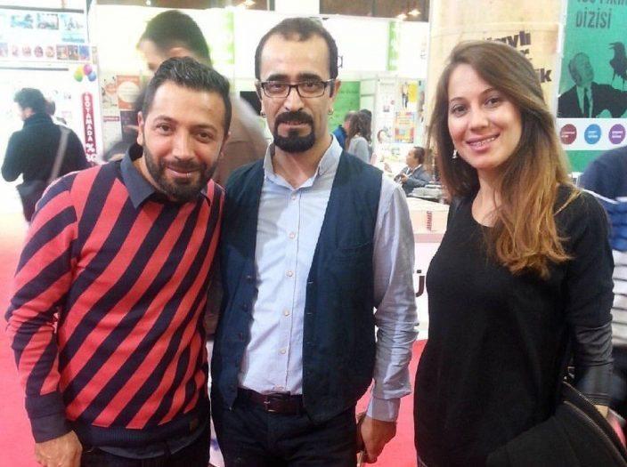 (Soldan sağa) Aşkım Kapışmak, İnkılap Yayınevi Editörü Ahmet Bozkurt ve Gizem Serra Sözen