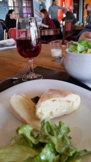 şarap Pinot Noir ve anason tohumları ile servis edilen Münster peyniri