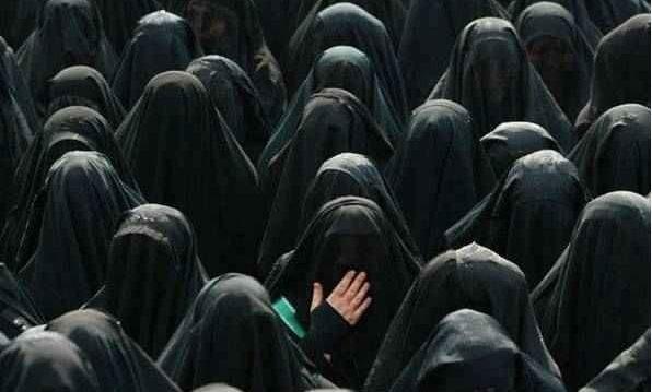 kadın kara çarşaflı kadın müslüman kimliği ardında saklanan kadın örtünen kadın