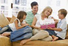 İngiltere'de yapılan bir araştırmaya göre kız ve erkek çocukları annelerine hediye konusunda babalarına kıyasla daha cömert davranıyor.