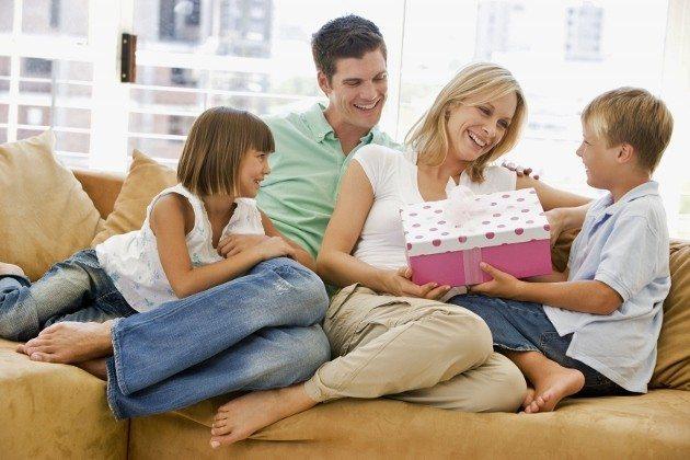 Annelere neden babalardan daha fazla hediye alırız?