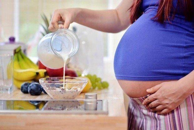 Kahvaltı, herkes için günün en önemli öğününü oluştururken hamilelerde bu önem iki katına çıkıyor. Sağlıklı ve kaliteli bir gebelik dönemi için özellikle çalışan anne adayları beslenme alışkanlıklarını tekrar gözden geçirmeli.