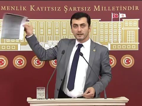chp istanbul milletvelili eren erdem milli istihbarat teşkilatının uyarı yazısını meclisteki basın toplantısında gazetecilere sundu