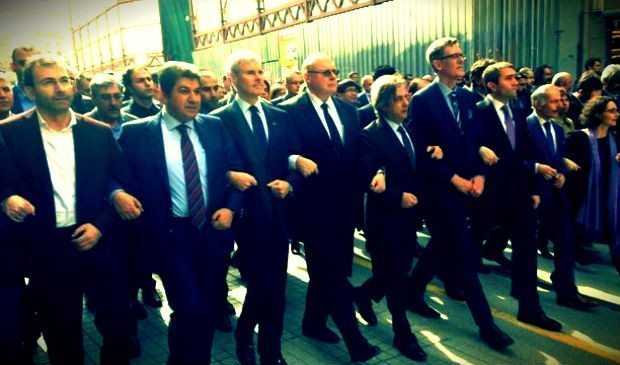İsrail ve Belçika'nın da aralarında bulunduğu 19 ülkeden Başkonsoloslar ve İstanbul'un farklı ilçelerinden belediye başkanları Taksim İstiklal Caddesi'nde teröre hayır yürüyüşü düzenledi.