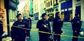 İstiklal Caddesi ve Taksim Meydanı kapatıldı. Reuters'ın haberine göre terörist hedefine ulaşamadan korkudan patlattı.