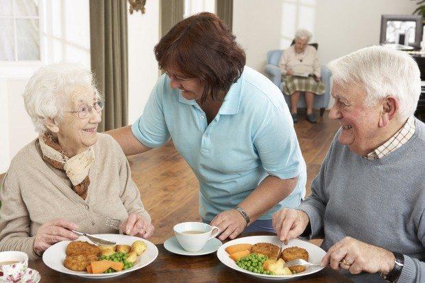Yaşlılarda her gün yenmesi gereken 4 temel besin yaşlıların günlük beslenme programı