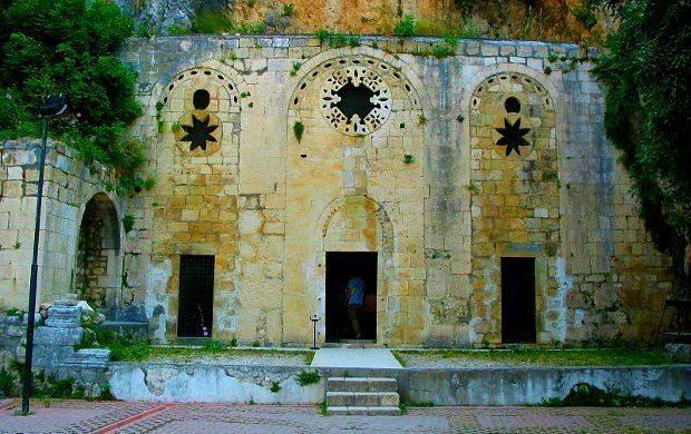 Antakya'ya bağlı Küçükdalyan'da bulunan Sen Pier (Saint Pierre) Kilisesi, dünyanın ilk kilisesi olması bakımında Hristiyanlık tarihinde önemli yeri bulunuyor.