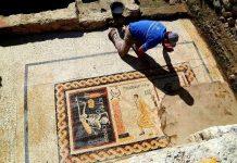 """Hatay'ın Antakya ilçesinde yürütülen arkeolojik çalışmalarda bulunan mozaik herkesi şaşırttı. Tarihi mozaiğin üstünde Grekçe """"Neşeli ol hayatını yaşa"""" yazıyor."""