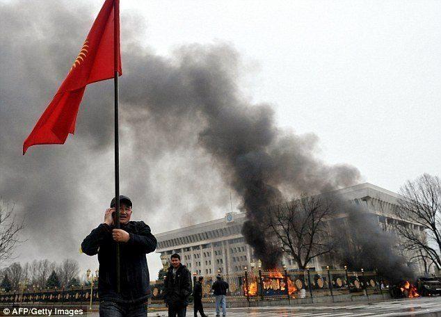2005 yılında Aksar Akayev'in bulunduğu Cumhurbaşkanlığı Sarayı (Beyaz Saray) Kırgız halkı tarafından kuşatıldı.