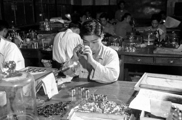 mercek inceleyen çocuk; yıl, 1958 eğitim