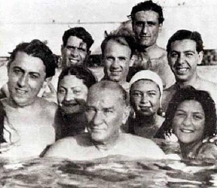 atatürk denizde yüzerken gençlerle milli bayram