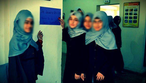 """Batman Merkez Kız Anadolu İmam Hatip Lisesi öğrencileri Hz. Muhammed'i anmak amacıyla """"Bir Salavat da Sen Çek"""" kampanyası düzenledi."""