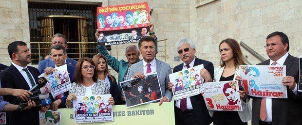 """CHP'li bazı milletvekilleri, Gezi olaylarının 3. yılı nedeniyle Meclis'te eylem yaptı. Milletvekilleri """"Gezi'yi unutmayacağız, unutturmayacağız"""" dediler."""