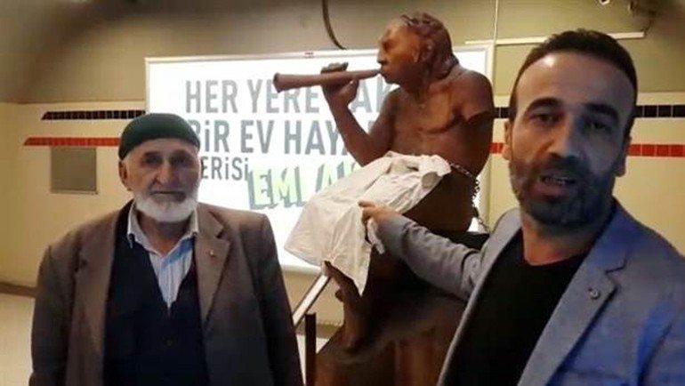 25 Mayıs'ta da daha önce heykelin 'müstehcen' bulduğu noktasını bezle kapatarak protesto eden AK Parti Karabağlar Meclis Üyesi Emrullah Kavuz, heykele kilit vurmuştu.