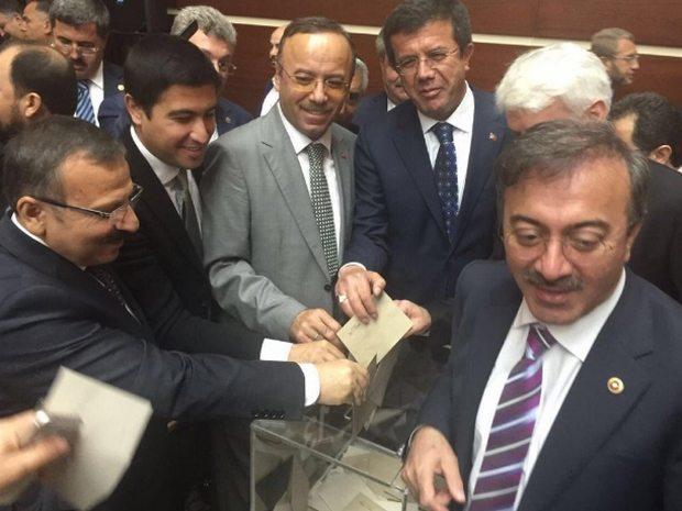 AKP'li vekiller yeni genel başkan için temayül yoklamasında oy kullanıyor