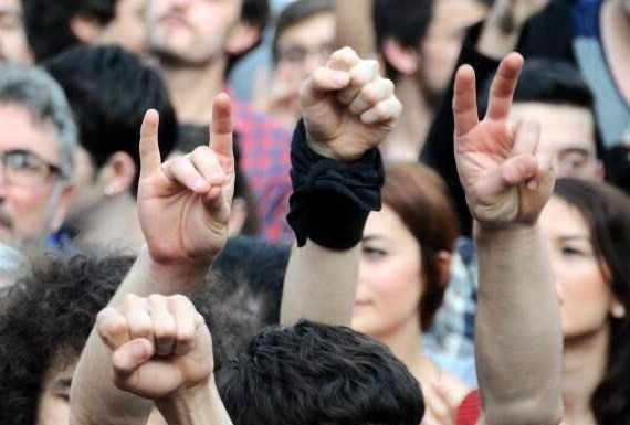 gezi olayları o meydanlarda ülkücüsü, solcusu, liberali, ateisti, dindarı, Kürt'ü, Türk'ü, Fenerbahçelisi, Beşiktaşlısı, Galatasaraylısı, heteroseksüeli ya da homoseksüeli fark etmeden herkes vardı