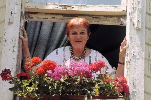 Çiçekli pencerede Türkan Saylan