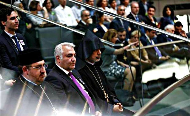 Oturumu izlemeye Almanya'daki Ermeni cemaati de geldi.
