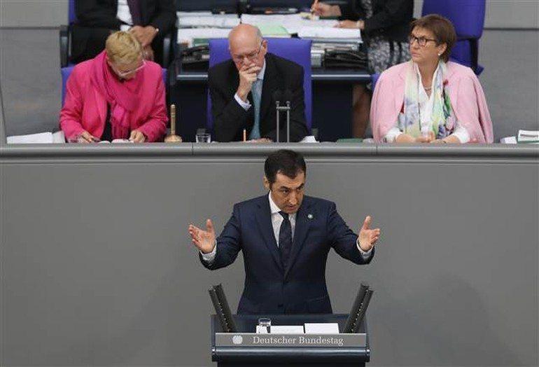 Oturumda Yeşiller Partisi Eşbaşkanı Cem Özdemir de tasarı lehinde konuştu.