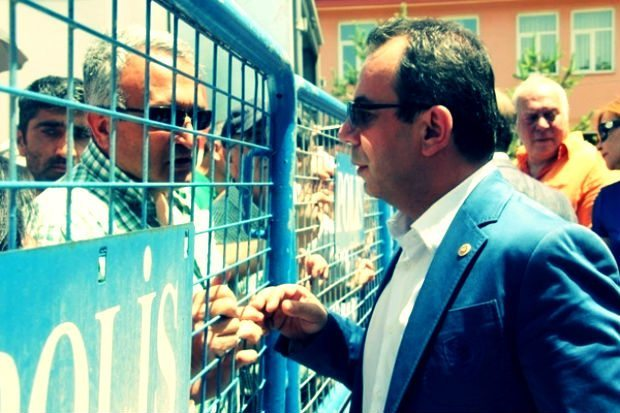 Bolu Valisi Aydın Baruş, Onuncu Yıl Marşı'nın ideolojik olarak kullanıldığını belirtti. Vali Baruş, CHP'li Milletvekili Tanju Özcan'ın tatsız hareketler yaptığını savunarak, yasalara uymadığı için gazlandığını ima etti.