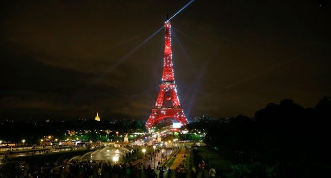 Eyfel Kulesi Türk bayrağının renkleriyle ışıldadı