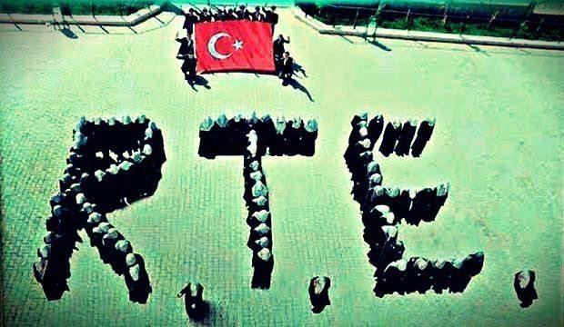 """Niğde'nin Çamardı İmam Hatip Lisesi Müdürü Abdülgani Özkan, öğrencileri birleştirerek, kuşbaşı görülecek şekilde """"RTE"""" yazdırdı."""