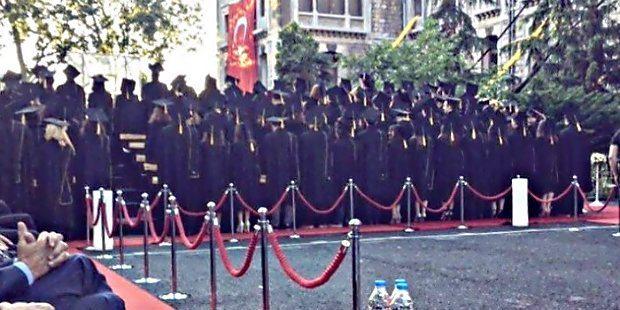 Mezuniyet töreninde kep giyen öğrenciler, Konar konuşma yaptığı sırada sırtlarını dönerek protesto etmişti. Mezun olan öğrenciler ayrıca bir de bildiri yayınlamıştı.