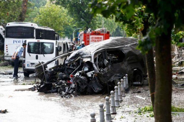 İstanbul Vezneciler'de polise bombalı patlama