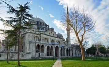 Vezneciler'deki patlamada Kanuni Sultan Süleyman tarafından Mimar Sinan'a yaptırılan 470 yıllık Şehzade Camii de hasar gördü.