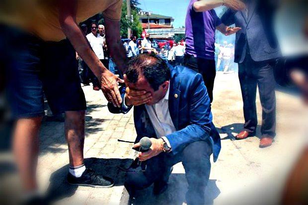 Bolu'da Onuncu Yıl Marşı protestosu sırasında CHP Milletvekili Tanju Özcan'ın yüzüne Bolu Valisi Aydın Baruş'un emrindeki kolluk kuvveti tarafından biber gazı sıkıldı.