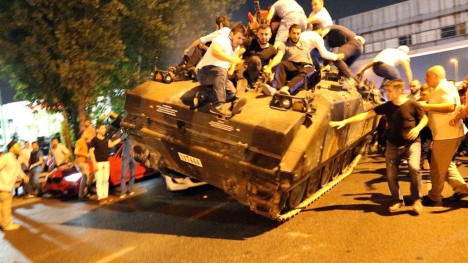 Cumhurbaşkanı darbeyi eniştesinden öğreniyor. Her mitinge kapatılan Taksim halka açılıyor. Bir danışman silahlanın diyor. 15 Temmuz...