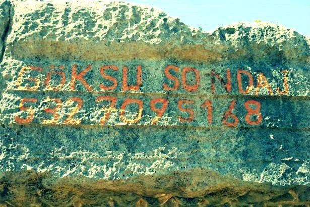 """Antalya'nın Finike ilçesindeki Limyra Antik Kenti'nde bulunan 2 bin yıllık kaya mezarına sprey boyayla """"Göksu Sondaj"""" yazıldı."""